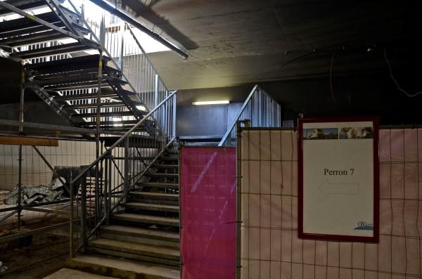 Oude tramtunnel: toegang tot perron 7 via tijdelijke trap